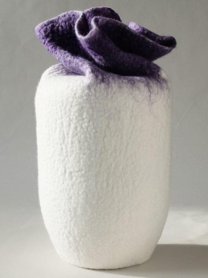 Urne aus Filz weiss lila